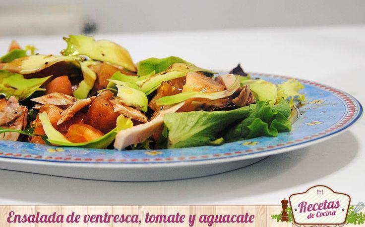 """Ensalada de ventresca, tomate y aguacate -  Llegan días en los que la """"mesa"""" se convertirá en la protagonista. Degustaremos menús mas pesados que de costumbre y abusaremos de los dulces naviños, ¿quien puede resistirse a unos polvorones y/o un buen turrón? Para compensar os proponemos en Recetas de Cocina una ensalada fresq... - http://www.lasrecetascocina.com/2014/12/20/ensalada-de-ventresca-tomate-y-aguacate/"""