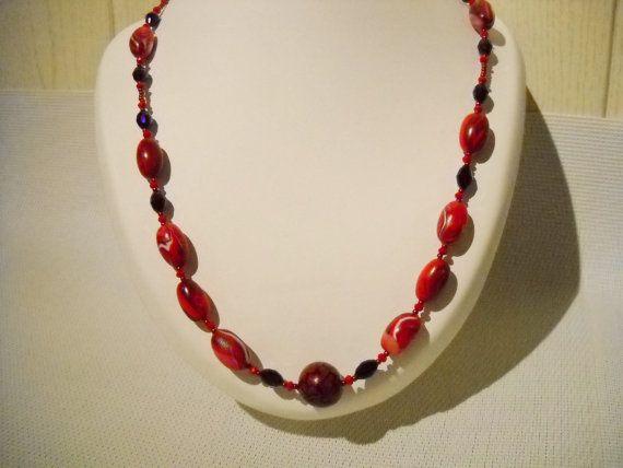 Fimo ketting met handgemaakte kralen in rood met rode door Seadbeady