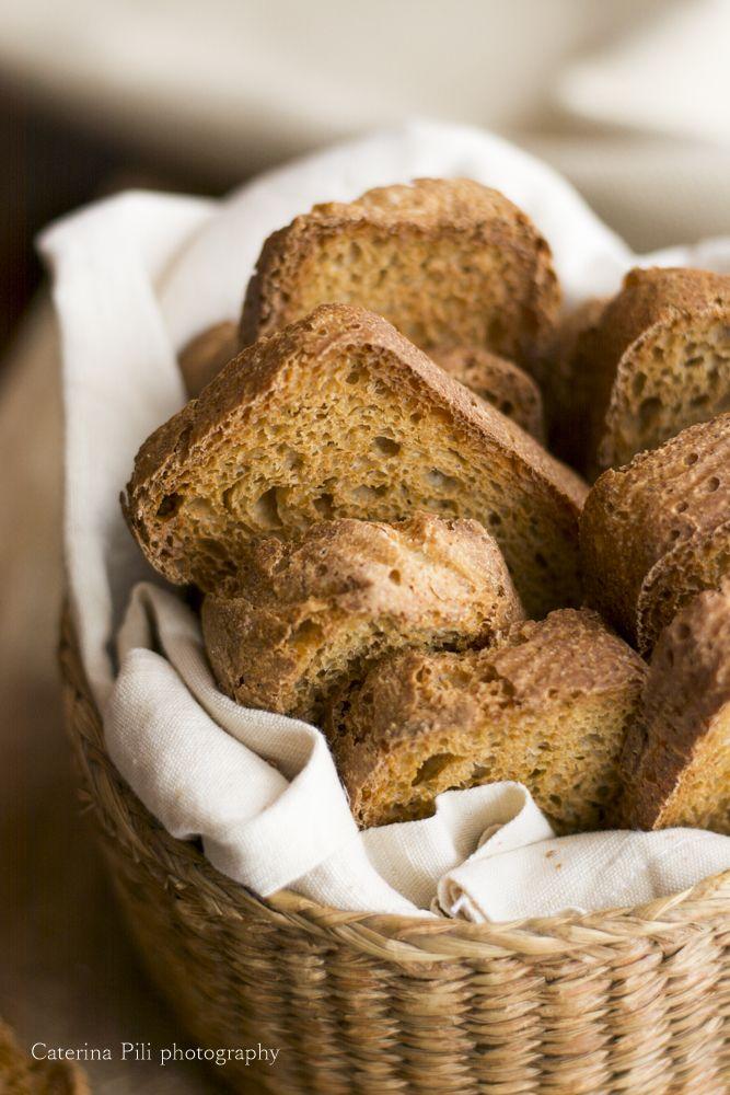 fette biscottate integrali con olio extravergine di oliva e licoli