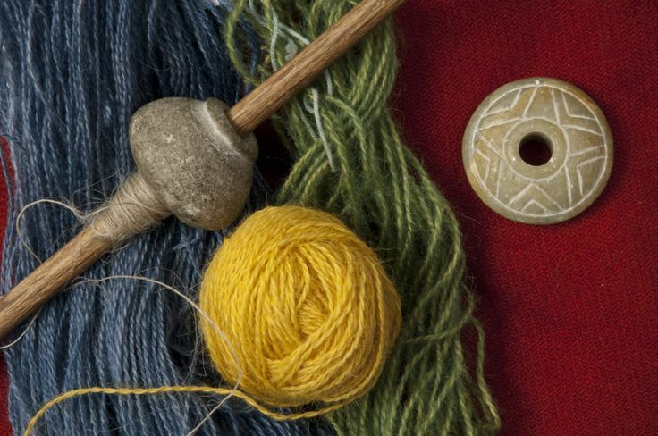 Spinnehjul og håndtein, kopier - Spinning wheels and hand held spindle, replica.
