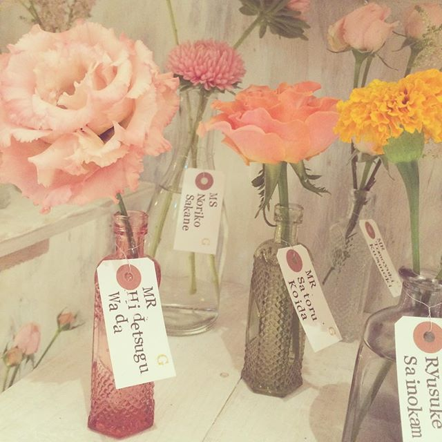 *DAY DREAM* エスコートフラワーたち♡ あえてのこの荷札がカジュアルで素敵♡ 名前とテーブルナンバーのスタンプは 新郎新婦でのDIY♡♡ #TRUNKBYSHOTOGALLERY #wedding #weddingphoto #weddingtbt #flower #escordcard #結婚式 #結婚式準備 #結婚式場 #披露宴 #披露宴会場 #ウエディング #ウエディングドレス #ナチュラルウエディング #ウエディングプランナー #ウエディングフォト #フラワー #花 #プレ花嫁 #卒花 #テイクアンドギヴニーズ #takeandgiveneeds #前撮り #エスコートカード #花瓶 #荷札 #ハンドメイド #diy #手作り #スタンプtakigawa.tsg TRUNK BY SHOTO GALLERY