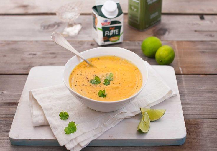 Gulrotsuppe med lime! Thai-inspirert med innslag av ingefær og koriander. (Fra www.tine.no). Jeg erstattet sjalottløk, matfløte og frisk koriander med rødløk, lett kokosmelk og malt korianderfrø (OBS! Dette har sterkere smak. Bruk 1-2 ts). Stekte også kyllingbiter i paprikakrydder som jeg hadde i suppa. Vel bekomme! :-D