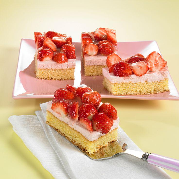 Erdbeer-Cassis-Schnitten Ein fruchtiger Obstkuchen vom Blech mit Erdbeeren und Sahne
