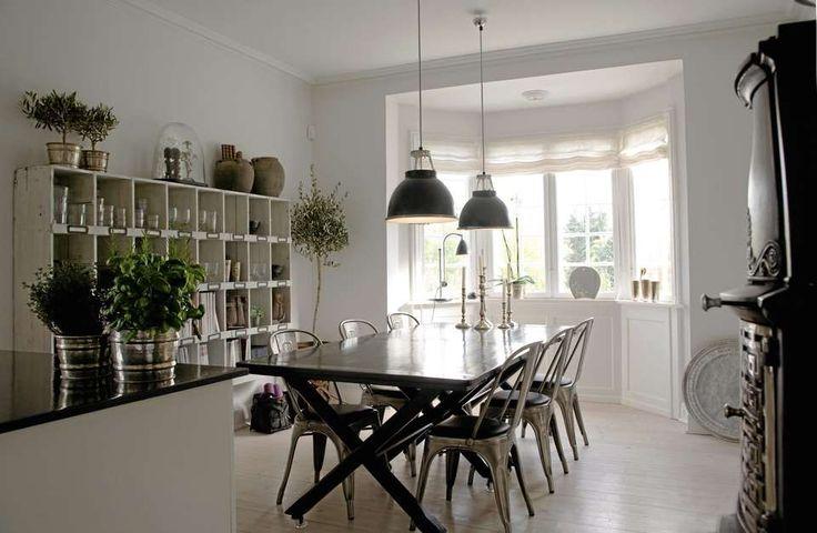 INDUSTRIELL HYGGE: Spiseplassen i industriell stil befinner seg i et hus utenfor København.