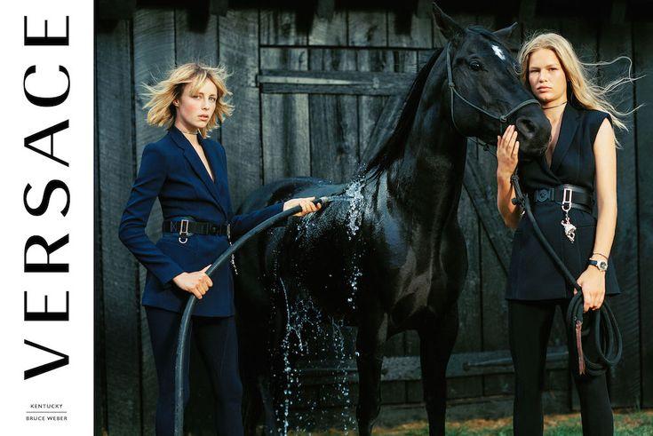 Versace (ヴェルサーチ) から最新2017年春夏キャンペーンが公開。先シーズンに引き続き巨匠 Bruce Weber (ブルース・ウェーバー) とのタッグによる今季、アメリカ、ケンタッキー州の雄大な自然の中で撮影されたビジュアルでは、Edie Campbell (エディ・キャンベル) や Anna Ewers (アンナ・エワース)、そしてメンズモデルの Filip Hrivnak (フィリップ・フリヴナク) をはじめシーズンを代表する人気モデル、そして俳優の Mitchell Slaggert (ミッシェル・ スラッガー) をはじめ個性溢れるキャストのアクティブな一面を捉えている。