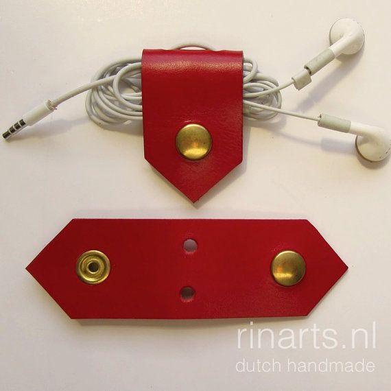 Mooie stevige set van twee kabel organisator Een eenvoudige manier om uw USB wikkel koorden, oordopjes, kleine kabels enz.  Deze zijn gemaakt van dik en stevig rood plantaardig gelooid leer. Zij sluiten met een zware gouden Toon module knoppen  Knippen en met de hand gemaakt.  PS: Oordopjes/kabels niet opgenomen ☺.   Dimensions(open): L: 13 cm (5.1) W: 4 cm (1,6)  VERZENDGEGEVENS: De scheepvaart is standaard, geen tracking! Als u mij wilt te sturen het pakje met tracking, tevreden contac...