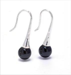 Cercei Silver Akoya Negri     Cerceii sunt din argint de 925 si au montata o perla naturala de apa sarata, neagra, de Akoya de 6,5-7 mm.Detalii: http://cadourisiperle.ro/produse/cercei-cu-perle/cercei-silver-akoya-negri
