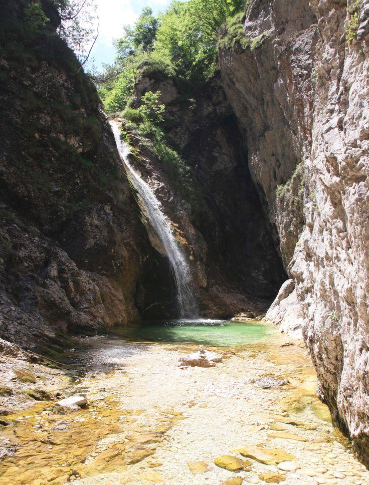 Deze wandeltocht voert je door de Zapoden vallei langs de droge rivierbedding van de Suhi potok naar een uiterst mooi gebied met watervallen.
