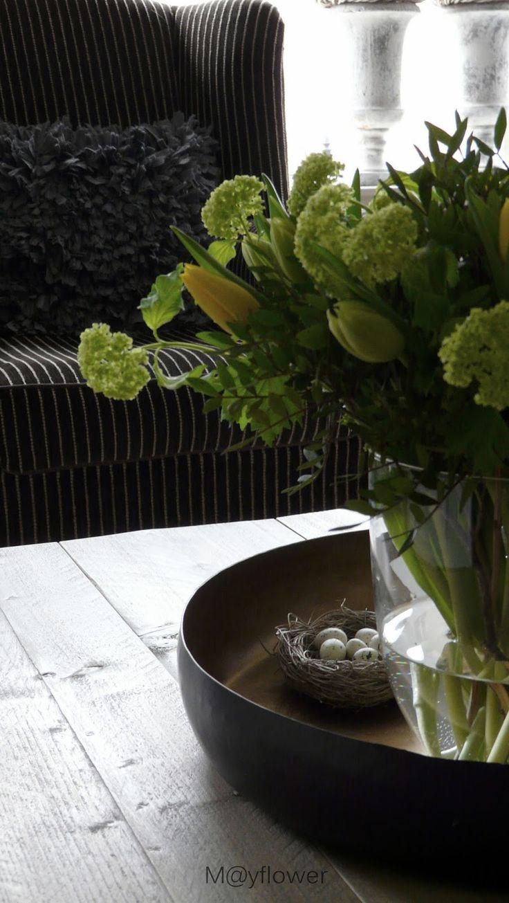 Met het Paasweekend voor de deur heb ik mezelf verwend met een boeket bloemen. Gele en witte Tulpen....het wit is nu ...