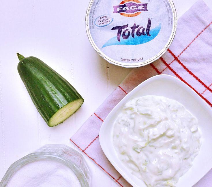 """Bei uns gibt es oft griechisches Essen. Wir mögen das sehr gerne – und haben das Glück sowohl in Reutlingen, als auch in Stuttgart wo ich arbeite einen griechischen Supermarkt in der Nähe zu haben. Hier gibt es einfach allerbeste Ware – abseits von den üblichen Marken, die man sonst im """"nomalen"""" Supermarkt findet. Oft gibt es bei uns hausgemachtes Gyros im Pita Brot. Dazu eine große Schüssel Salat, Feta und Tsatsiki – und für mich die knoblauchfreie Joghurt Dipp Variante. Frau…"""
