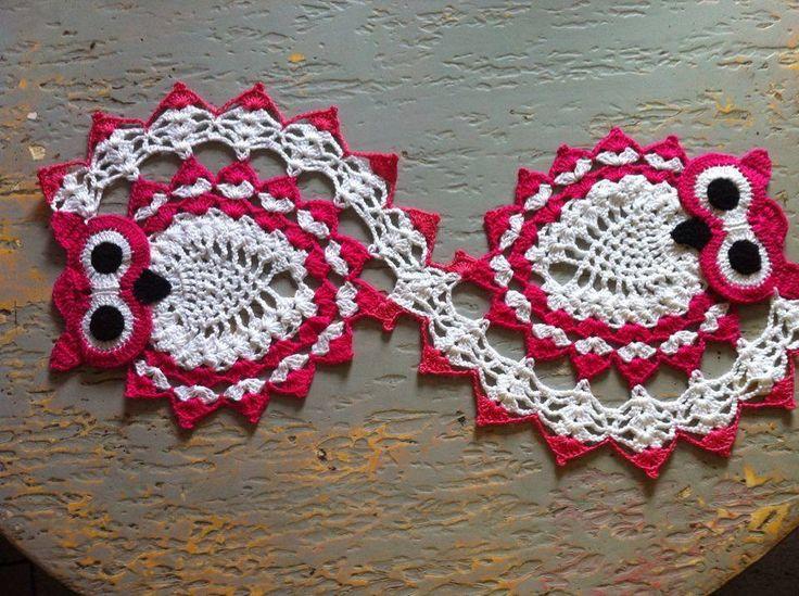 Lindo Caminho de mesa feito em croché com desenhos de corujas. <br>Fazemos sob encomenda após o cliente escolher as cores desejadas.