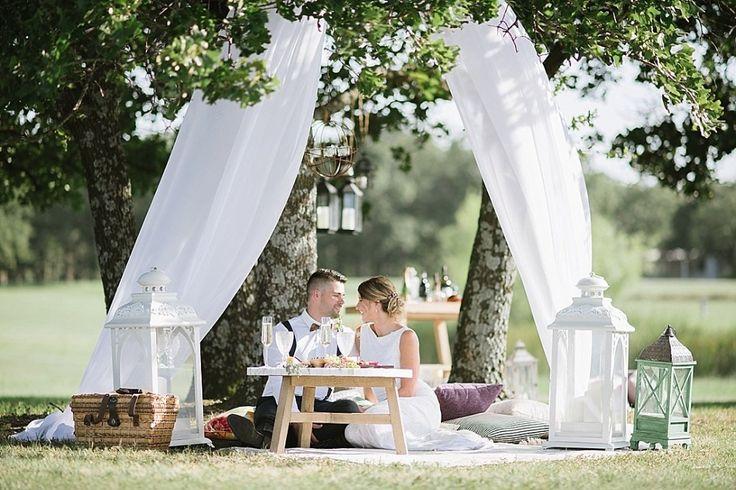 Matrimonio a tema picnic: le tende bianche rendono l'atmosfera più sofisticata  Photo via WeddingChicks