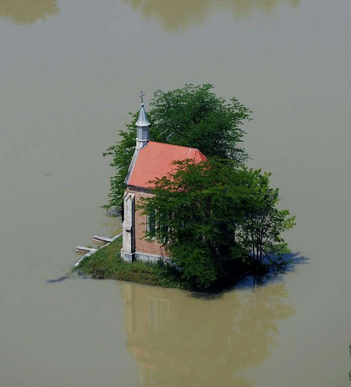 A Dunai árvíz idején Lórév határában a Zichy kápolna a víz fogságában. ORFK Légi felvétele: H.Szabó Sándor - Hungary