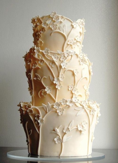 This wedding cake design is not common. Look at the detail it become so elegant!