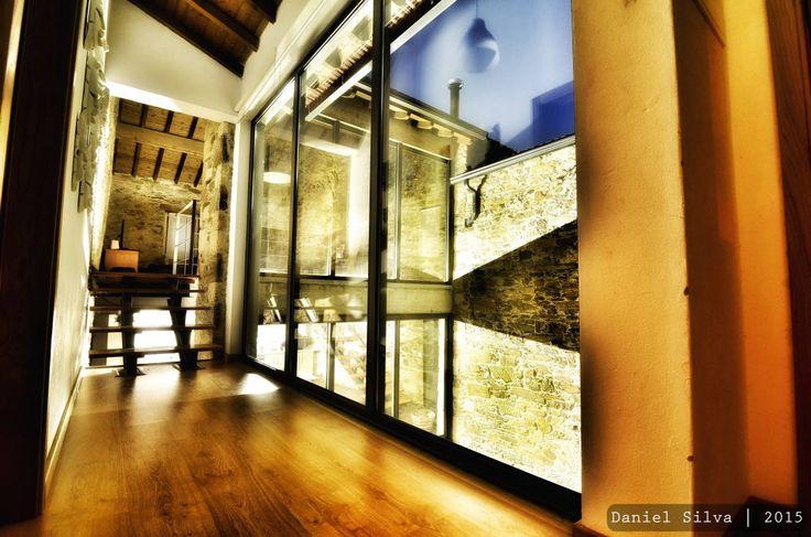 Corredor de acesso aos quartos/ sala : Corredores, halls e escadas rústicos por Casa do Páteo