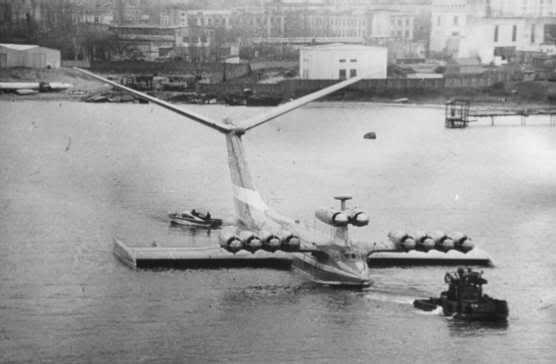 #интересное  Самые невероятные самолеты, поднимавшиеся в небо (28 фото)   Большинство из этих летательных аппаратов и самолётами-то назвать сложно. Монстр каспийского моря  Монстр каспийского моря, также известный как «Каспийский монстр» был экспериментальным �
