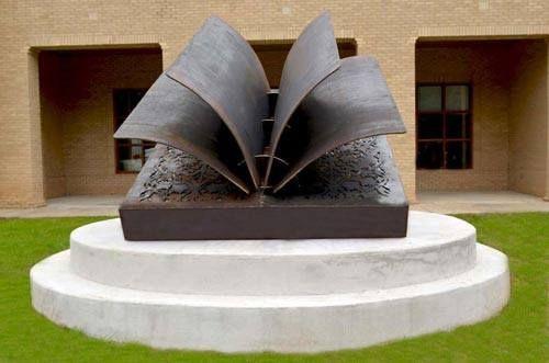 «Альма-матер вымысла» - так называется книжная скульптура, которая установлена около публичной библиотеки в городе Фэрхоп (штат Алабама, США)
