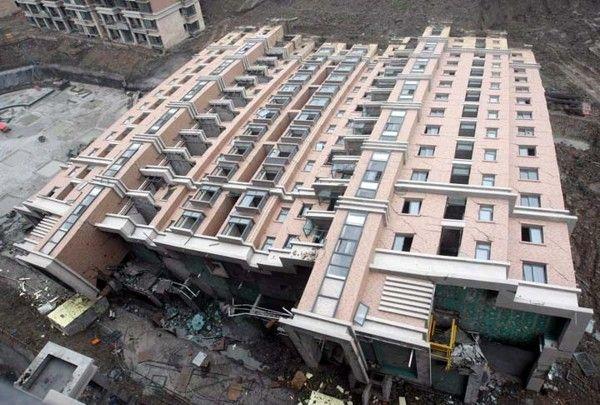 Prédio caiu em Xangai > Em 2009 um prédio caiu em Xangai, na China, com seus 13 andares completamente para trás. Como uma árvore. Ele ainda estava em construção, portanto estava desocupado, por isso a queda só causou uma morte. Geralmente quando um prédio desmorona em pedaços por causa de inclinação é porque há forças tentando dobrá-lo e estresse em diversos pontos. Aqui a causa foi a fundação e não houve estresse no corpo do prédio que, obviamente, era resistente.