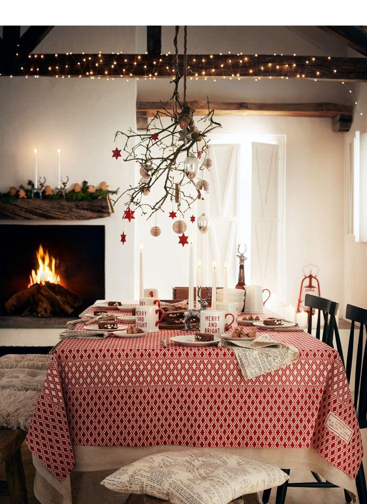 Decoreer je woning met traditionele kerstversiering, tafelkleden, kandelaars en ornamenten.