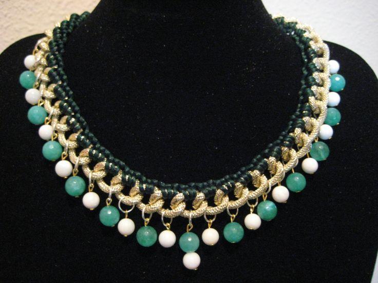COLLAR EMERALD: Collar confeccionado con cadena en brillo platino y adornado con hilo en verde botella, piedras naturales en blanco roto y piedras de ágata en tono verde esmeralda. (Luce un completo conjunto uniendo el pack de  pulseras summer love turquoise).