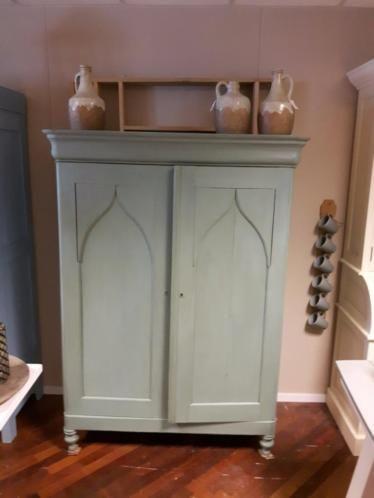 Schitterende originele oude biedemeier poortkast. De kast heeft 2 openslaande deuren en daarachter 3 planken. Er zitten ook nog 2 losse lades bij. De kast is geschilderd in een prachtige groen kleur.