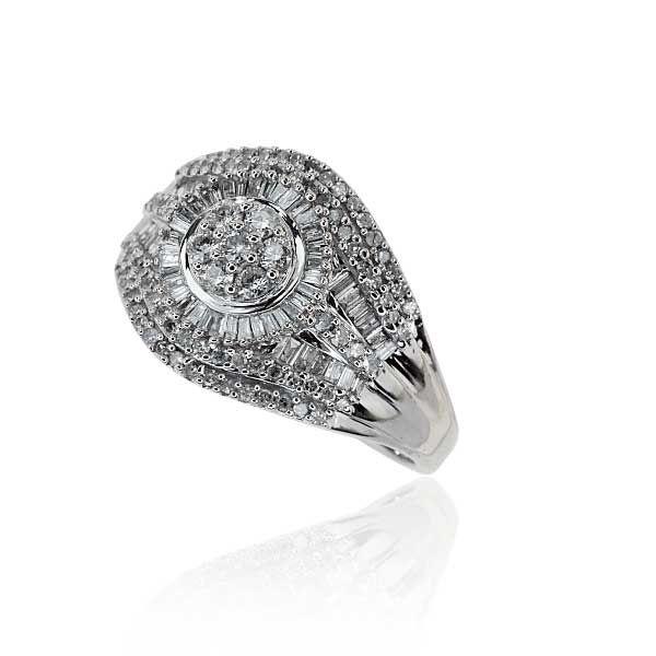 Femininer Diamant-Ring aus 585er Weißgold. Der navetteförmige Ringkopf darf sich mit 147 Diamanten sehen lassen. Die Mitte bilden 7 Diamanten, eingefaßt von Diamanten im Smaragdschliff. Entlang des Ringkopfes wurden 2 Reihen Diamanten und je 1 Reihe Diamanten im Smaragdschliff verarbeitet.http://schmuck-boerse.com/ring/80/detail.htm #Schmuck #Schmuckboerse #vintage #verlobung #diamant #brillant #ring #antiquejewels #diamondearrings #jewelry
