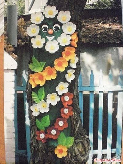 Пластиковые бутылки – на даче….  2полиэтиленовые полоски, уложенные крест-накрест на дно стаканчика с грунтом для рассады, помогут извлекать без повреждений растение с корнем.