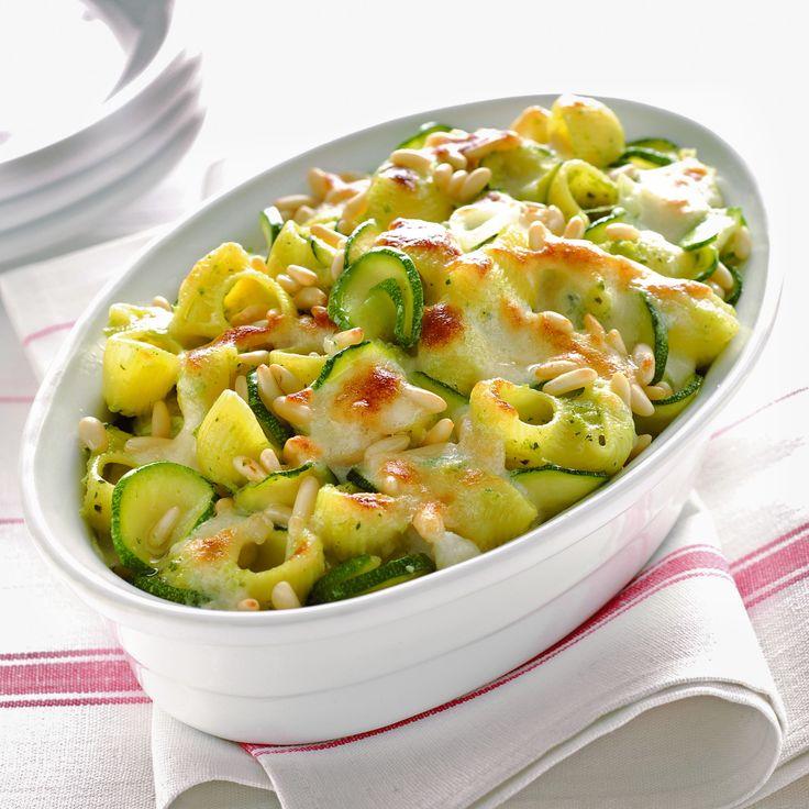 Ti piace la pasta con le zucchine? Prova questa gustosa variante che si cuoce in forno, con l'aggiunta di basilico e pinoli.