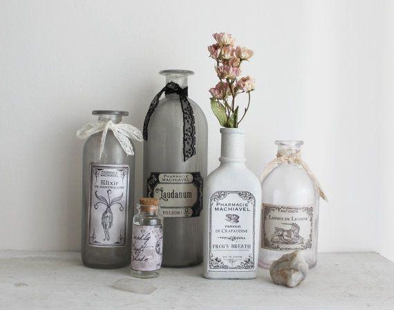 Conjunto de boticario. conjunto de cinco botellas decorativo vintage gabinete de la curiosidad y la brujería.