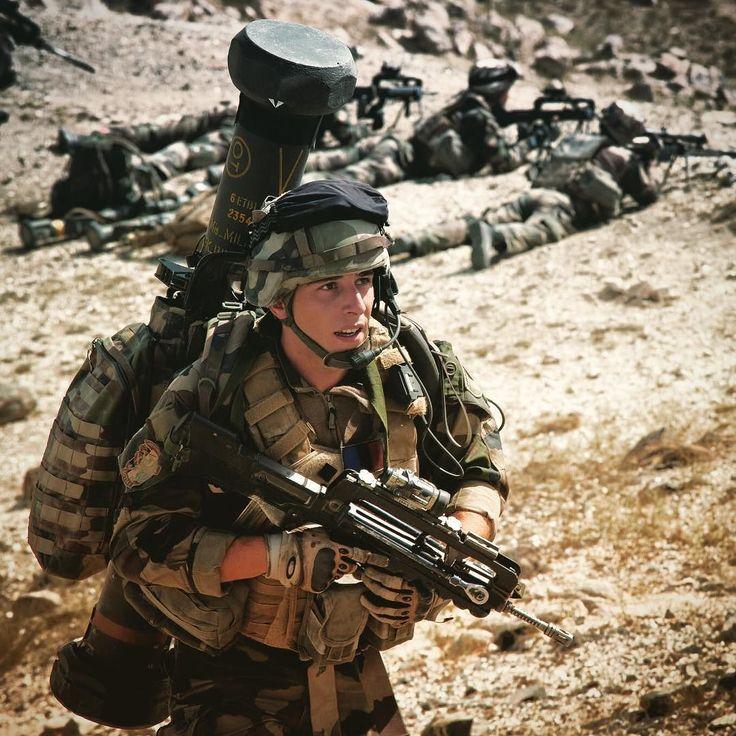 Un capitaine du 126e régiment d'infanterie #126RI à la manœuvre dans une vallée d'Afghanistan en 2010.  ADC Arnaud K/armée de terre #armeedeterre #armeefrancaise #defense #defence #army #armee #instarmy #instarmee #soldat #soldier #frencharmy #militaire #military #famas #outdoor #gunner #warriors #combat #war #afghanistan
