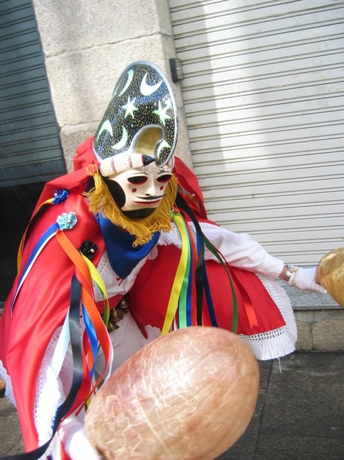 """El entroido de Xinzo de Limia, fiesta declarada de Interés Turístico Nacional, alcanza durante el mes de febrero su máximo apogeo. Es el tiempo de la risa, la música y las máscaras que prende por toda la provincia de Ourense. Las """"pantallas"""", auténticos reyes del carnaval limiao, representan una de las pocas mascaradas rurales que perviven en la Europa del siglo XXI."""