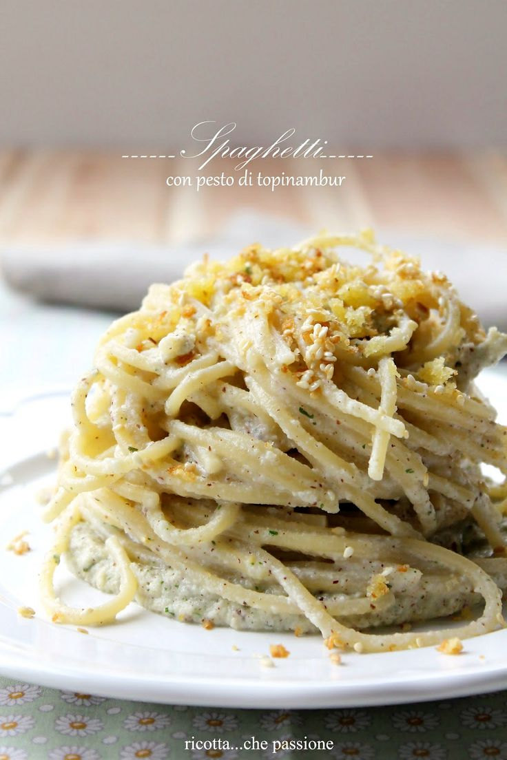 Spaghetti con pesto di topinambur e briciole di pane, sesamo e limone