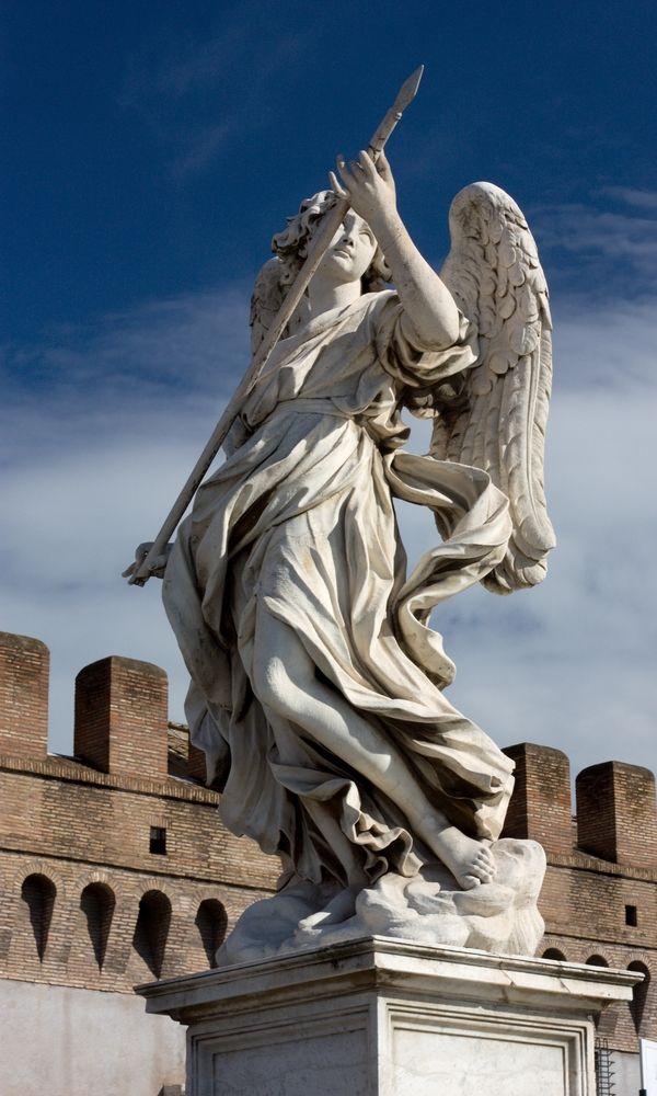 Ángel en el castillo San Angelo. Fue realizado por Bernini. Es una escultura de bulto redondo. Nos presenta a un ángel con una flecha. El vestuario es acartonado. La obra fue realizada en mármol.