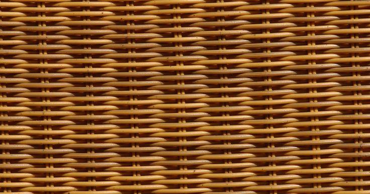 Como usar cestas de vime para plantar flores. As cestas de vime podem ser vasos coloridos e decorativos para flores e folhagem, mas deve-se tomar cuidado para conduzir o preparo adequado das cestas antes do plantio. A umidade é uma grande preocupação e a drenagem adequada é algo a se levar em conta ao usar cestas de vime como vasos florais. Siga estes passos simples para possibilitar o uso de ...