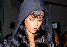 8-Apr-2014 9:17 - RIHANNA IN DENIM JURKJE. Rihanna combineert haar stoere en vrouwelijke kanten in een outfit. Onder haar stoere bomberjack en sweater met capuchon draagt ze een denim jurkje en hakken met madelief-print. Haar pointy pastel nagels matchen met haar denim jurkje. De outfit lijkt ietwat bij elkaar geraapt, maar Rihanna komt er mee weg!...