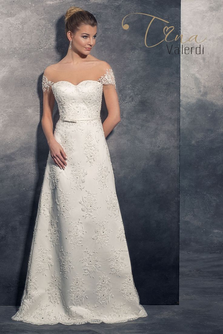 Krásne svadobné šaty zdobené nášivkami