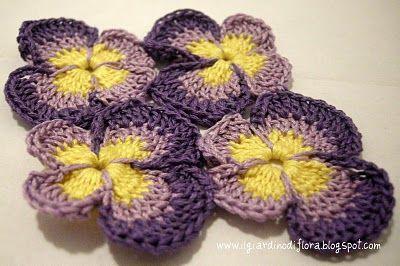 Sottobicchiere di violette all'uncinetto