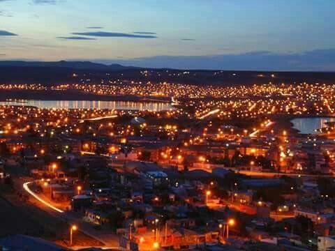 Santa Cruz. Patagonia. Argentina . Vista nocturna de Caleta Olivia , zona petrolera . . .