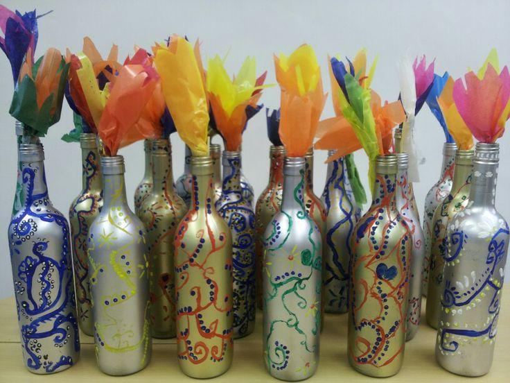 Moederdag cadeau groep 6!! Fles spuiten in zilver of goud en beschilderen met plakkaatverf. Met penselen en wattenstaafjes. Supertrots op mijn leerlingen.