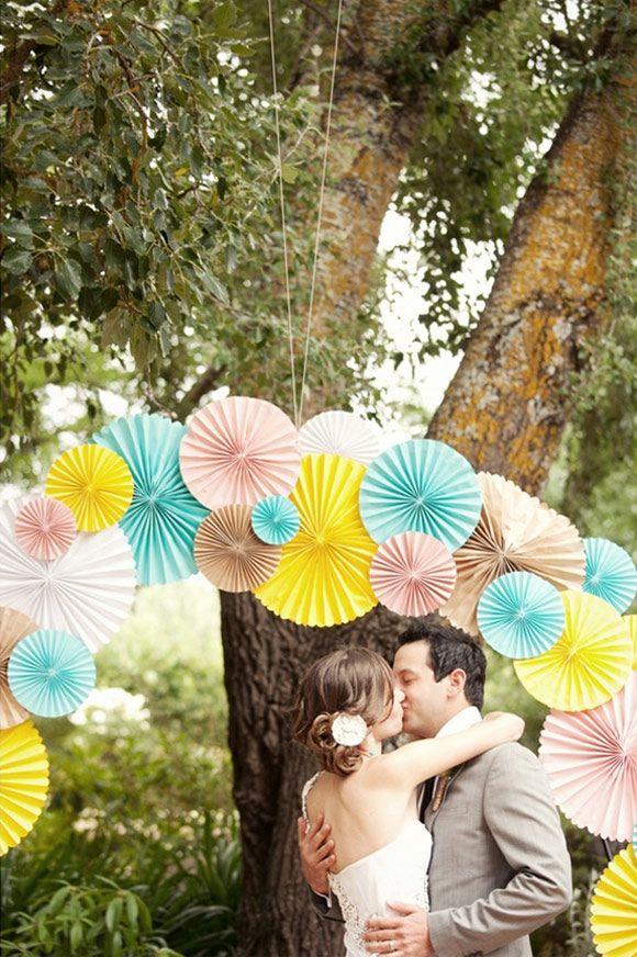 Decoración de la ceremonia de la boda con abanicos de papel. Louisa Bailey Weddings