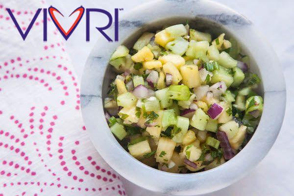 Salsa de pepino y piña Ingredientes: 1 taza de pepinos, pelados y en cubitos 1 taza de piña en cubitos 2 cucharadas de cilantro, picado 2 cucharadas de hierbabuena fresca, picada 1 diente de ajo, picado 1/4 taza de cebolla roja, cubitos 1/4 taza de Cebolletas, picadas 1/2 jalapeño, sin semillas y en cubitos (opcional) 1 cucharada de aceite de oliva 2 cucharadas de jugo de limón fresco sal pimienta molida. Instrucciones: Mezcle ingredientes en un tazón. Sazonar con sal y pimienta.