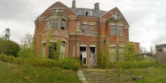 LİLLESTEN KONAĞI-BEDGEBURY KIZ OKULU /İngiltere/  Bu konak Edward Lloyd adında bir bankacı tarafından 1853 ve 1855 yılları arasında inşa edildi. I. Dünya Savaşı'ndan sonra evini sattıktan sonra burası kızlar için bir devlet okulu oldu. 1999 yılında kapandı ve bina o zamandan beri terk edilmiş durumda.