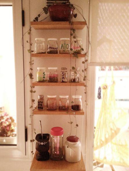 Hermoso especiero con estantes flotantes y una planta en forma de lluvia  #especias #yogurtdahi #planta #mate #rinconcito