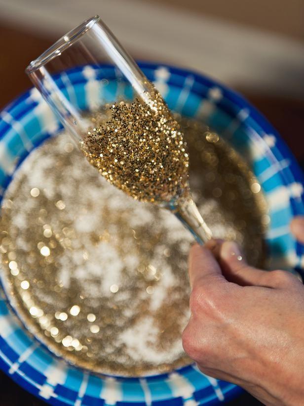 A hora do espumante pode ser igualmente glamourosa! Use estes tutoriais para decorar seus copos e taças!