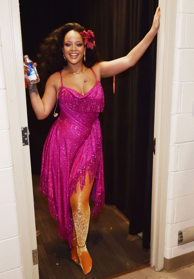 Rih looked stunning! I love her dress with all those crystals!! So pretty!  #Rihanna #Grammys