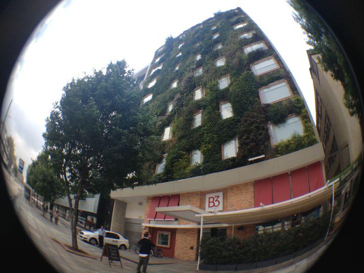 Somos un hotel que piensa en las consecuencias ambientales. Conoce nuestra fachada verde. #AlEstiloB3 #EcoCurioso