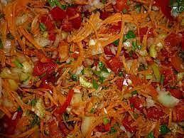 БОРЩЕВАЯ ЗАПРАВКА. ЗАМОРОЗКА. Чтобы приготовить заготовку для борща, нужно взять свеклу, морковь, корнеплоды сельдерея, петрушки и пастернака, лук репчатый, помидоры. Корнеплоды тщательно моем, чистим, шинкуем соломкой или трем на крупной терке. Очищенный лук режем небольшими кубиками. На верхушке помидора делаем крестообразный надрез, ошпариваем кипятком. Снимаем кожицу и режем крупными кубиками. Все хорошо перемешиваем, раскладываем по порционным пакетам и замораживаем.