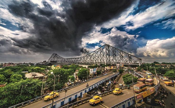 The Howrah Bridge may be the world's busiest cantilever bridge, bearing a load of around 100,000 vehicles and over 150,000 pedestrians each day. Post by @kallol_b_photography_2017