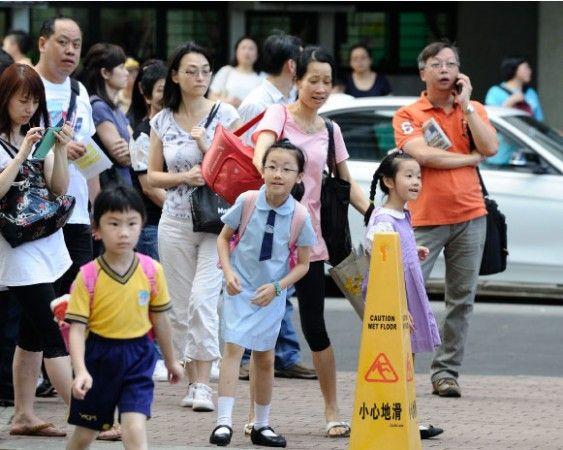 Pais de Hong Kong lutam por vagas em escolas privadas | #China, #Comunismo, #DisputaPorVagas, #Doutrinação, #EducaçãoNacional, #EnsinoPúblico, #EscolasParticulares, #HongKong, #LavagemCerebral