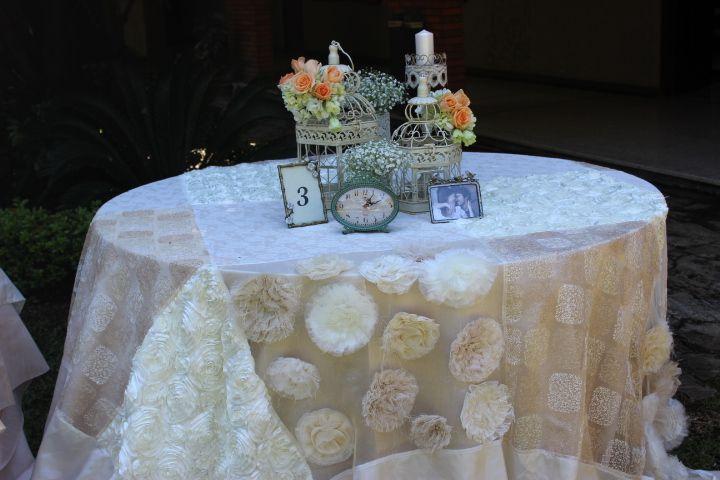 Decoraci n de mesa redonda vintage art culos alquibodas for Mesas redondas plegables para eventos